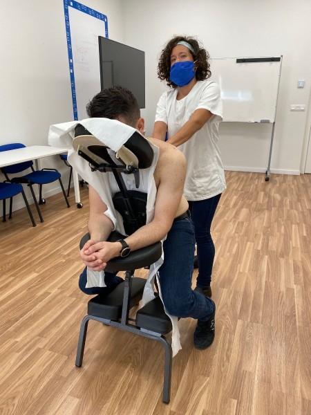 Avanza mejora la higiene postural en la empresa impartiendo masajes a sus trabajadores