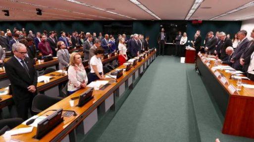 Deputado. Presidente da Vale foi o único que não se levantou na comissão em respeito a um minuto de silêncio pelas vítimas de Brumadinho