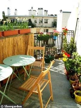 Déjeuner sur une petite terrasse