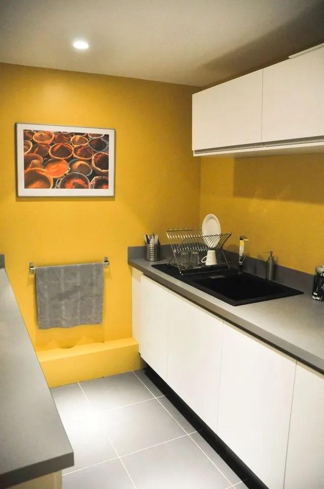 une cuisine fermee avec un mur de peinture jaune architecte charlotte soissons lenormand et la