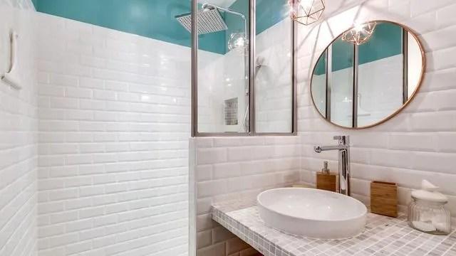 une petite salle de bains qui a tout d une grande