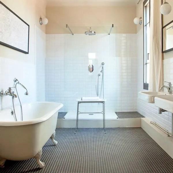 salle de bains avec douche et baignoire