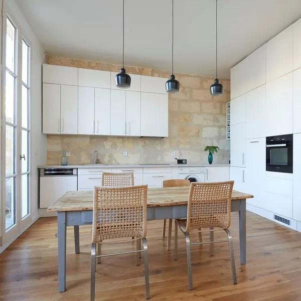 agrandir une cuisine blanche retrouve son charme sur un mur de pierres