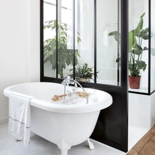 salle de bains avec verriere cote maison