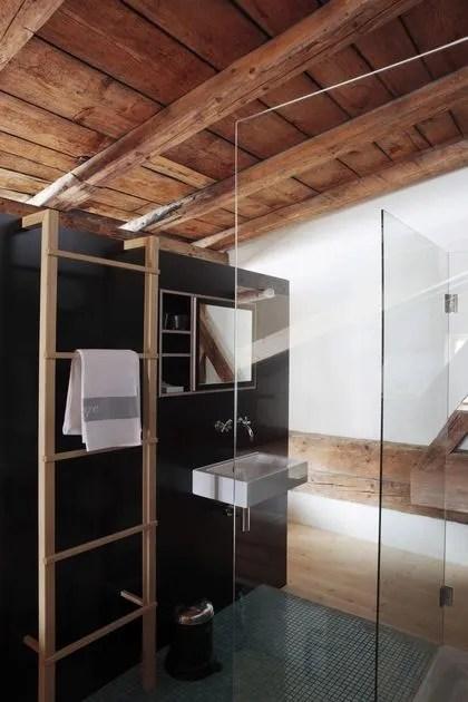 agrandir douche a l italienne en verre pour cette salle de bains montagnarde