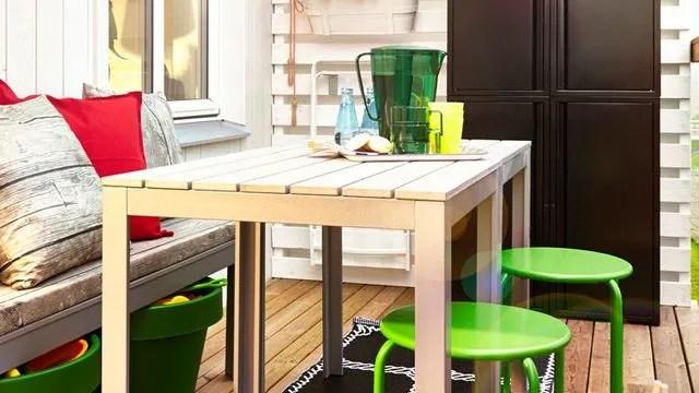 Aménager Un Balcon Avec Des Plantes Et Une Table Côté Maison