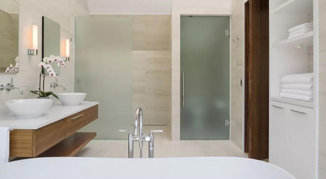 le verre dans la salle de bain