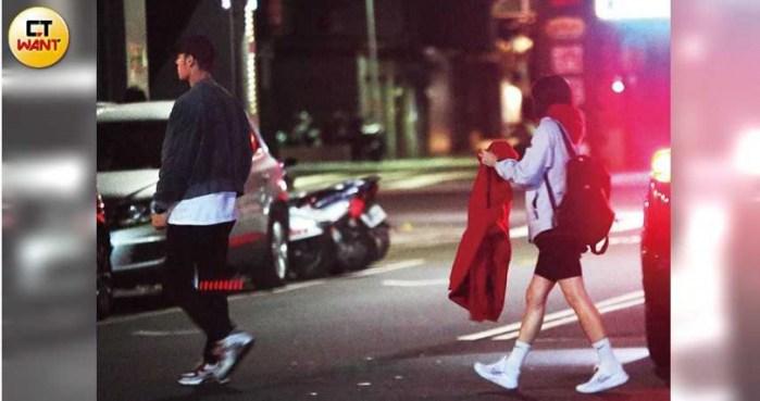 吃饱饭后,红色团队中的每个人都急于回家休息,并去迪斯科舞厅续约。  (本杂志的照片/摄影组)