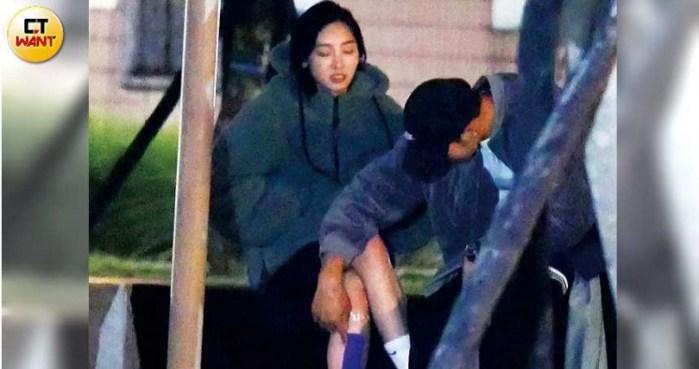 看似受到启发的周玉田开始用右手亲吻习为纶的小腿。  (本杂志的照片/摄影组)