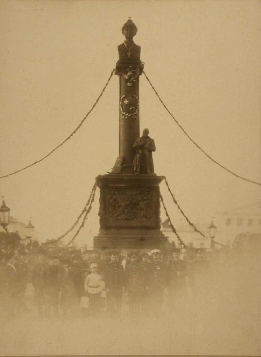 Группа людей на фоне памятника Михаилу Федоровичу Романову.