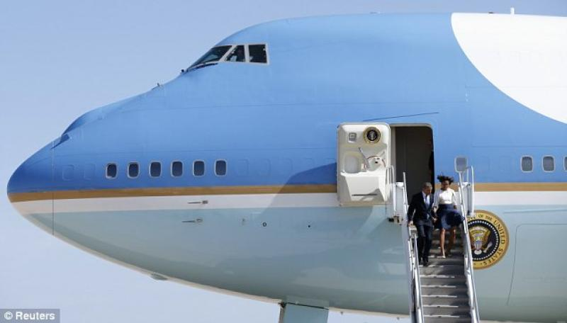 Gli Obamas scendono dall Air Force One