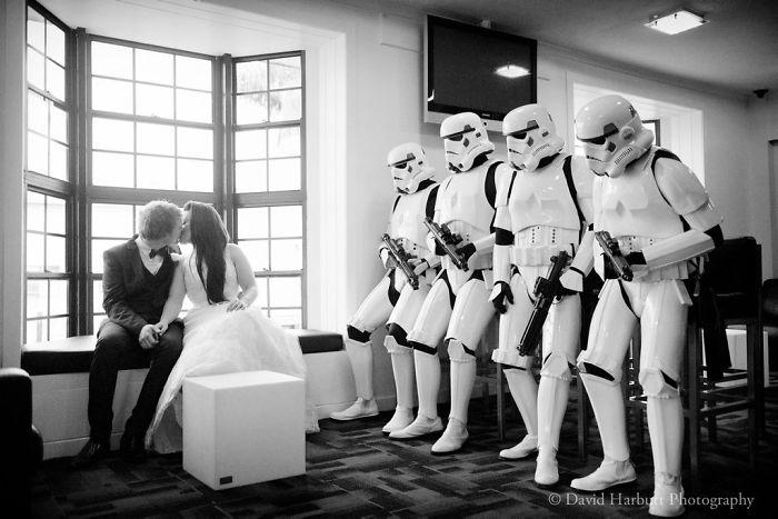 5df743dd6f545 star wars wedding cory carrie shields 5df23cc238a67  700 - Casal teve um casamento com o tema Star Wars