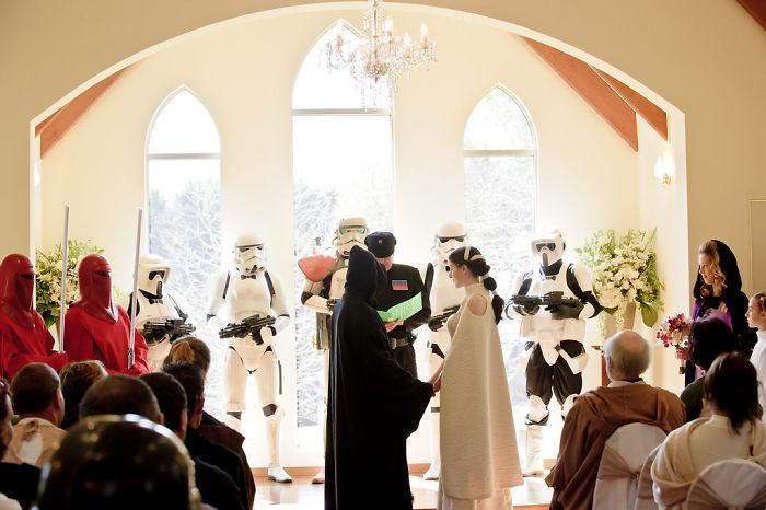 5df743dda93bd star wars wedding cory carrie shields 5df23d4c4ed21  700 - Casal teve um casamento com o tema Star Wars