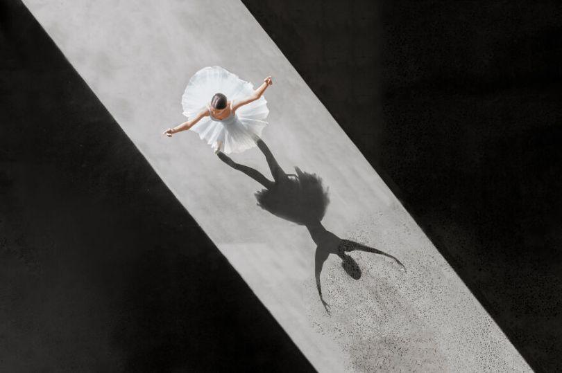 5fa8f915c1016 EB 2 5 5f9e09efc8f7e  880 - 12 fotos hipnotizantes de bailarinas vistas de cima, capturadas por Brad Walls