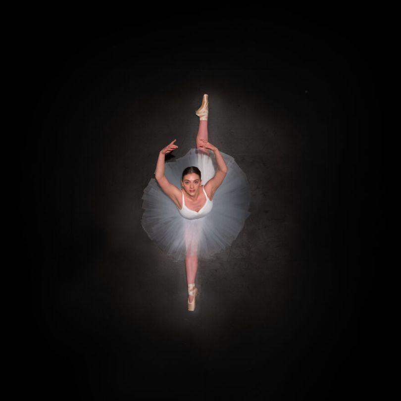 5fa8f91600bca EB 2 2 5f9e09ced16e2  880 - 12 fotos hipnotizantes de bailarinas vistas de cima, capturadas por Brad Walls
