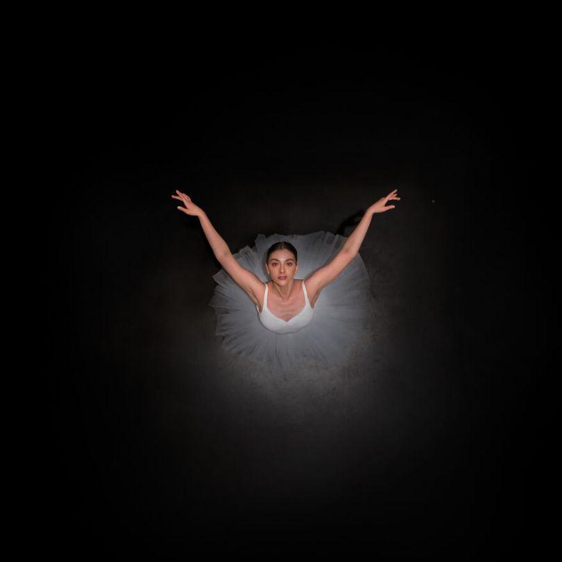 5fa8f91684abb EB 2 5f9e0a4410a5b  880 - 12 fotos hipnotizantes de bailarinas vistas de cima, capturadas por Brad Walls