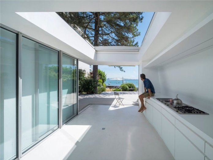 Avignon-Clouet Architects builds a summer house with removable roof in France