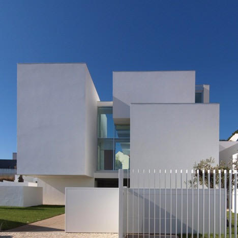 House in Paco de Arcos by Jorge Mealha Arquitecto