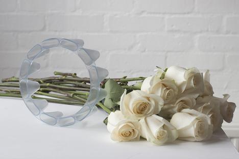 Crown Vase por Lambert Rainville crea arreglos florales independientes