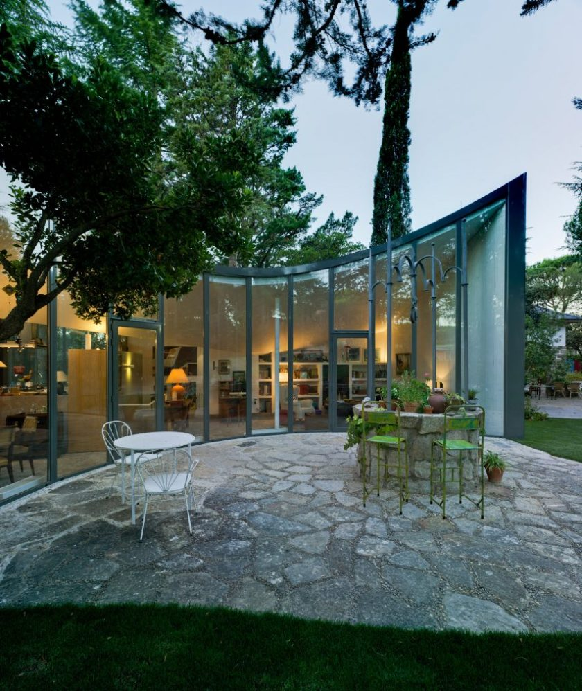 Spanish architect Alejandro Valdivieso has repurposed a former water cistern near Madrid, transforming it into the basement of a house featuring a glass facade that curves around the original well.