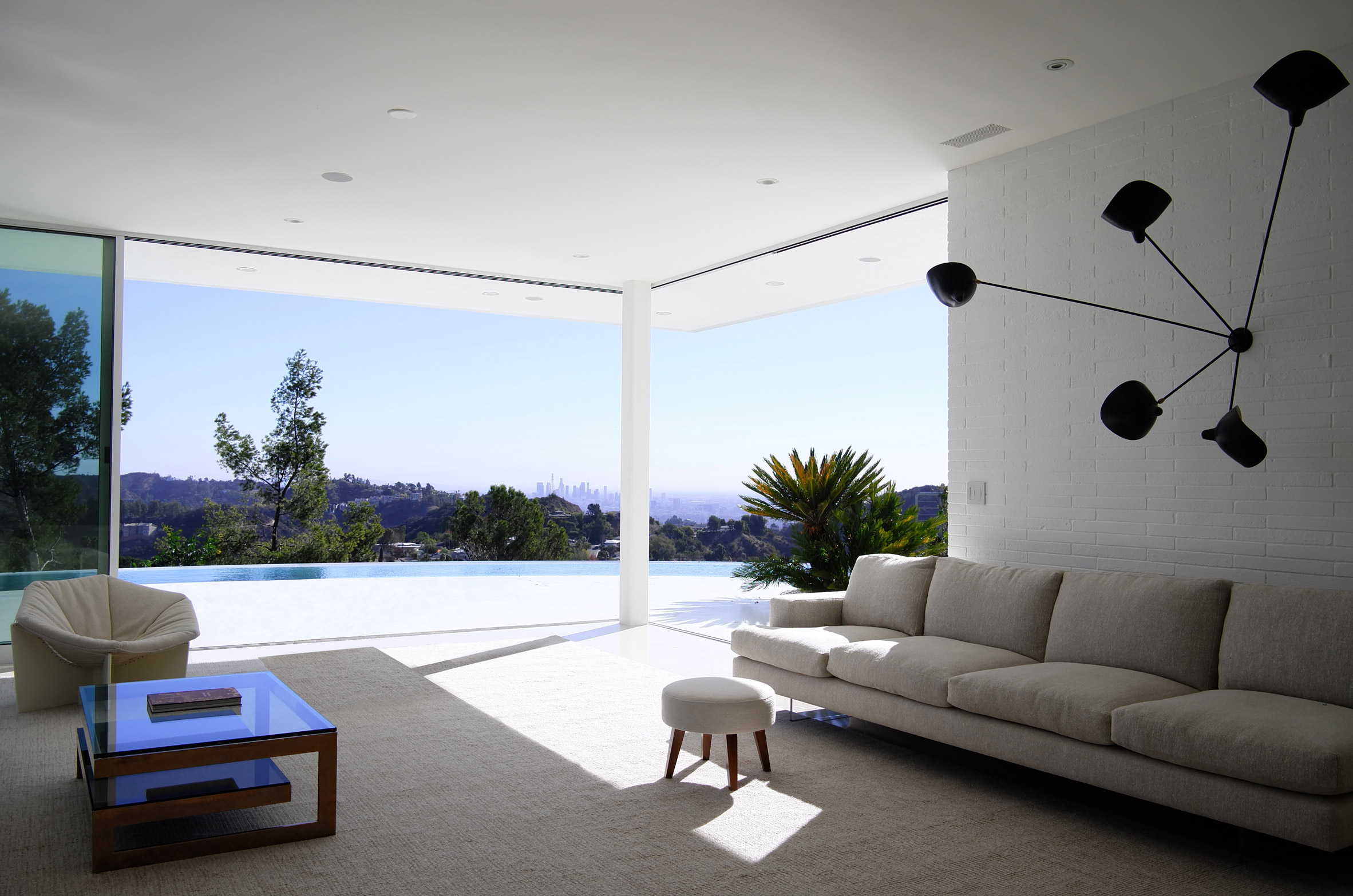 Residence overlooking Mulholland Drive by Heusch Inc.