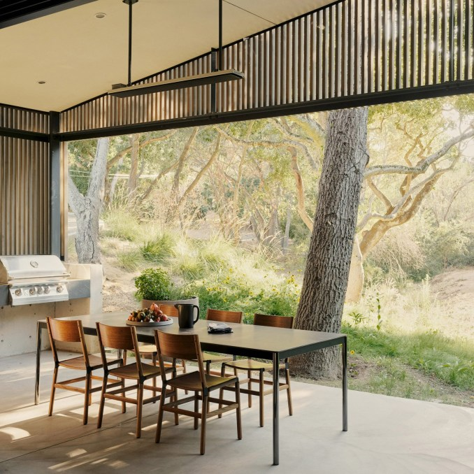 Dining room in Dawnridge House by Field Architecture