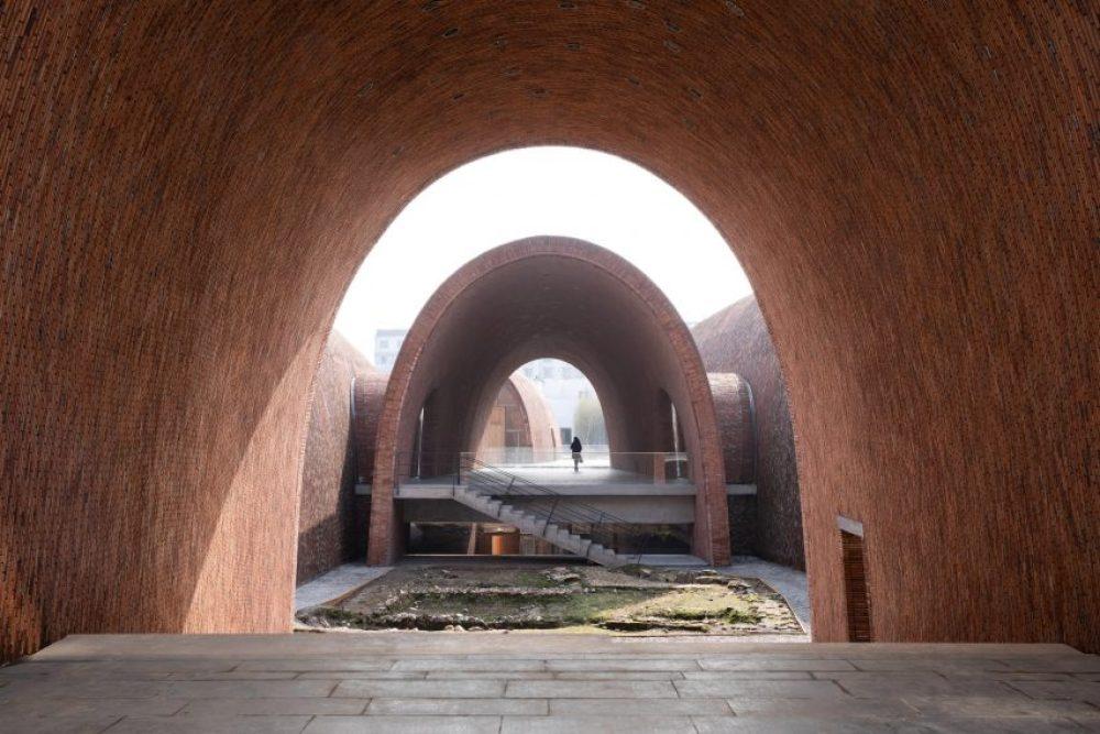 À l'intérieur du musée du four impérial de Jingdezhen par Studio Zhu-Pei