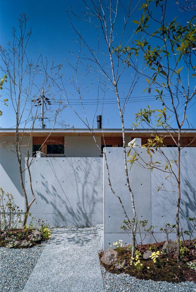 A windowless concrete wall of a Japanese dwelling by FujiwaraMuro Architects