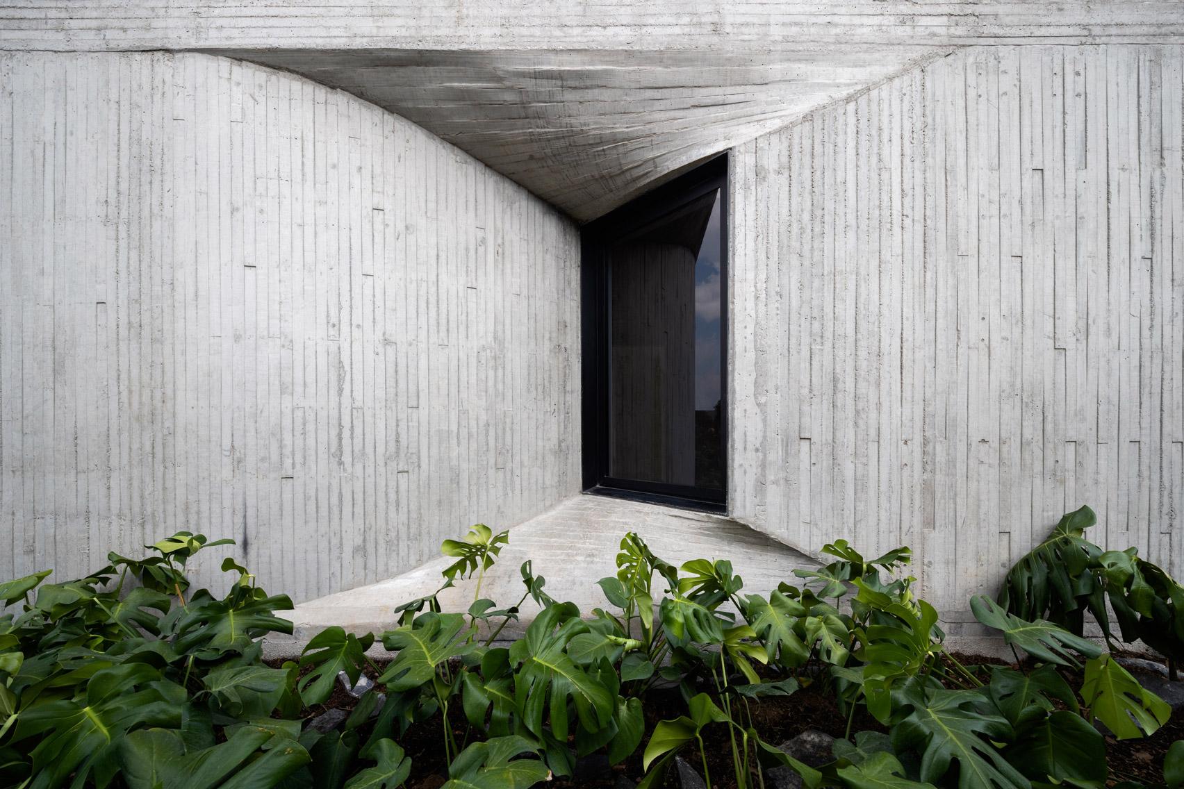 Board-marked concrete around windows of DL1310