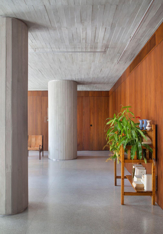 BC Arquitetos installed concrete columns into the apartment