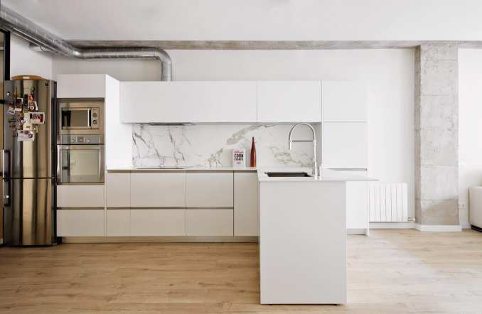 L-shaped kitchen by ras arquitectura