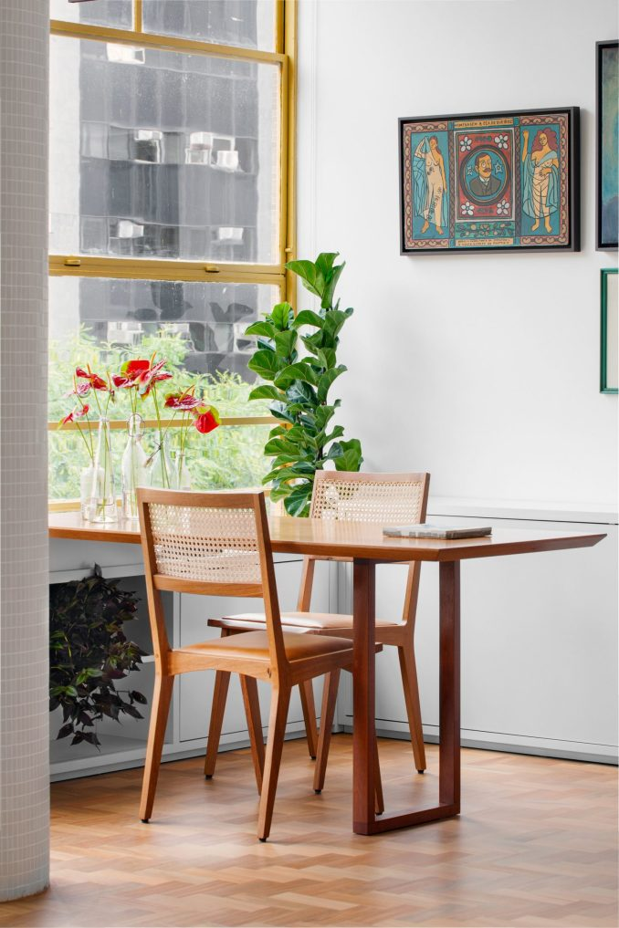 Corner table in Louveira Apartment by Ana Sawaia