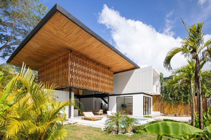 Naia I house in Costa Rica with a roof made of wooden screens