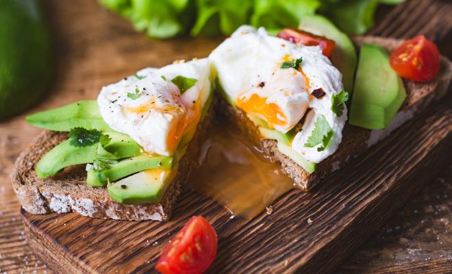 Aguacate y huevo poché: receta