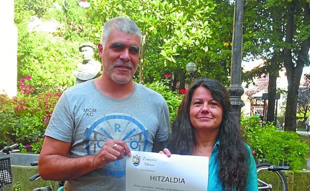 Alex López, junto a la concejala Gloria Vázquez. / ETXEBERRIA