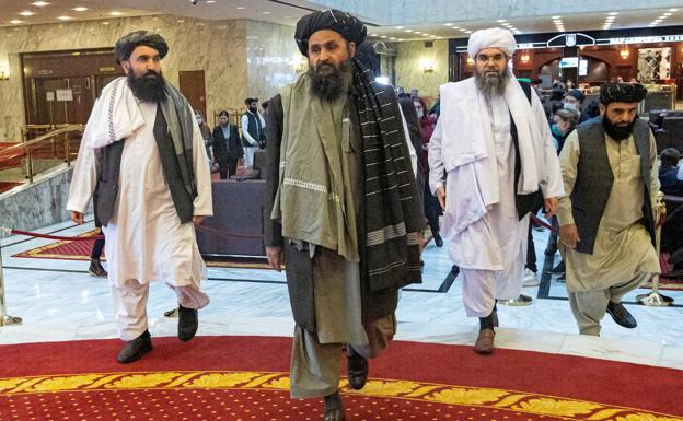 Abdul Ghani Baradar, in the center;  Taliban spokesman.