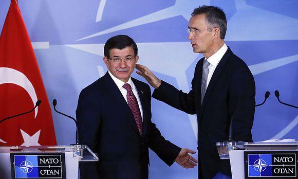 Der türkische Ministerpräsident Ahmet Davutoglu (li.) schließt bei einem Treffen mit Nato-Generalsekretär Jens Stoltenberg eine Entschuldigung der Türkei für den Abschuss eines russischen Jets aus.