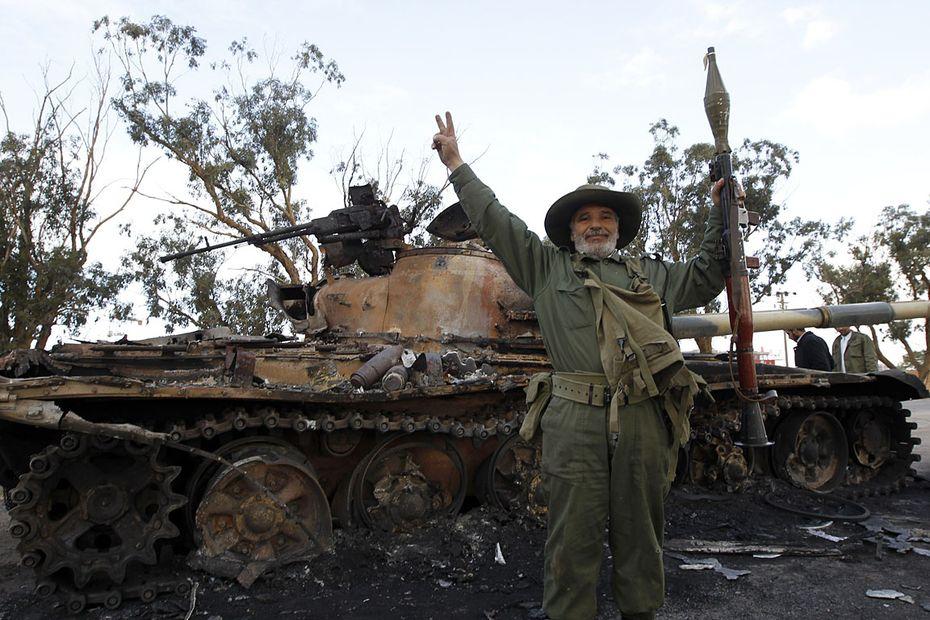Ausgebrannter Panzer in Libyen