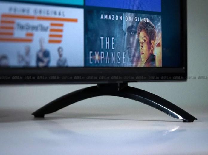 A TV Akai tem dois pés de mesa de plástico.