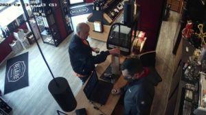 Бившият митничар Петков показа как купува ром и пури за Пламен Узунов (видео)