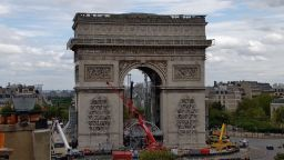 Опаковката за Триумфалната арка, проектирана от Кристо, е в разгара си