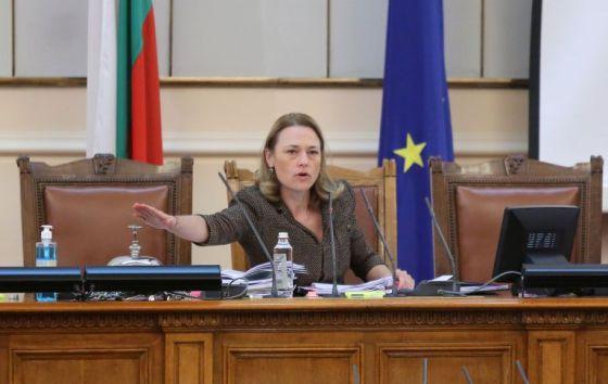Председателят на парламента безуспешно се опита да проведе заседанието на депутатите в съответствие с установения дневен ред.  И след почти 30 минути спор, той успя.