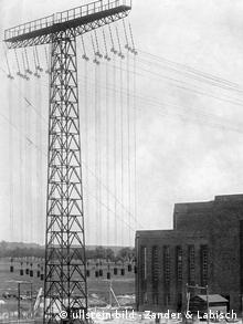 Black-and-white image of an antenna outside of the Nauen broadcasting station in Brandenburg in 1919.