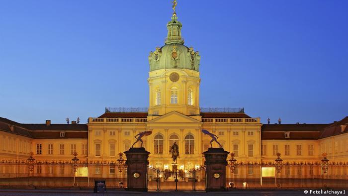 Extrior view of Berlin's Charlottenburg Palace at night (Fotolia/chaya1)