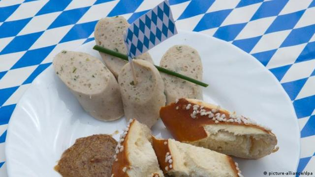 A plate full of white sausage and pretzel in Bavaria (picture-alliance/dpa)