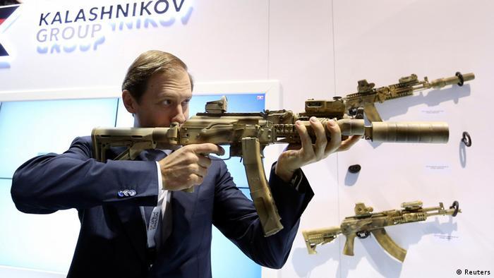 Ресей Федерациясының Индустрия және сауда министрі Денис Мантуров Калашниковтың алаңдаушылығымен өндірілген пулемет өткізеді