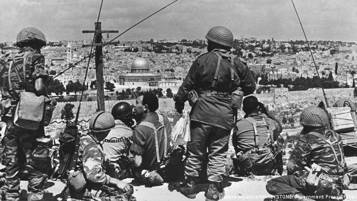 Το 1967 το Ισραήλ κάνει τον πόλεμο των έξι ημερών κατά της Αιγύπτου, της Ιορδανίας και της Συρίας. Κατακτά το Σινά, τη Λωρίδα της Γάζας, τα υψήπεδα του Γκολάν και την Ανατολική Ιερουσαλήμ. Οι Ισραηλινοί αποκτούν πρόσβαση στο Τείχος των Δακρύων. Η Ανατολική Ιερουσαλήμ δεν προσαρτάται επίσημα αλλά εντάσσεται διοικητικά.
