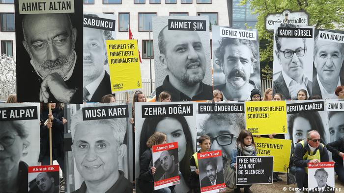 Amnesty International against Turkey's jailing of journalists (Getty Images/S.Gallup)