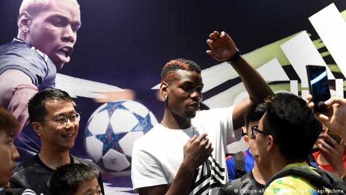 Adidas promociona sus productos junto al futbolista francés Paul Pogba, en Hong Kong.