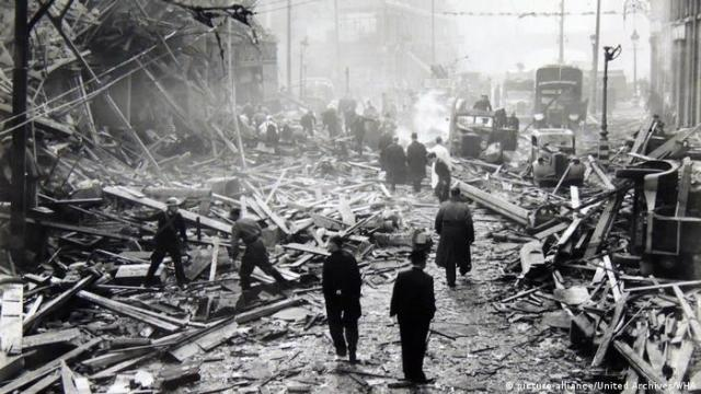 London is a mess of wooden rubble after a German air attack in 1941 (picture-alliance/United Archives/WHA)